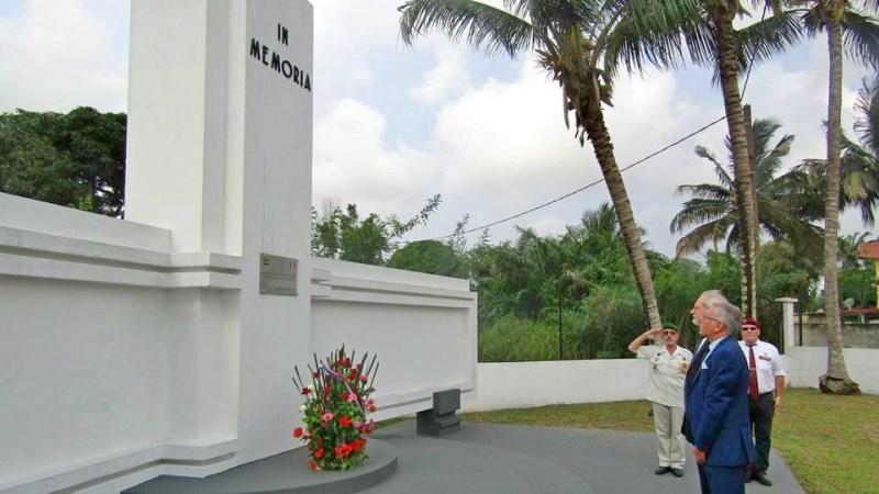 Une gerbe de fleurs pour les Soldats gabonais et français tombés au champ d'honneur