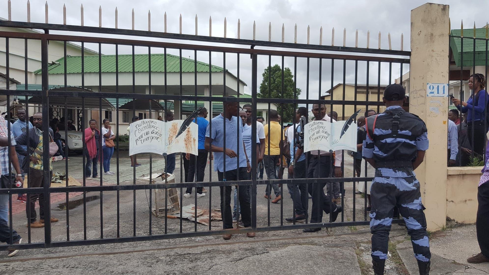 Des enseignants en présalaire depuis 3 ans cadenassent le portail de leur ministère