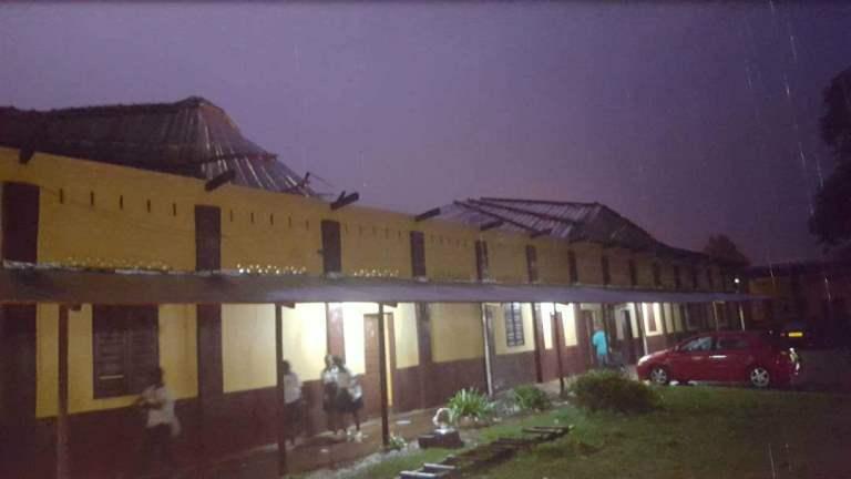 Un ouragan  emporte la toiture du grand lycée catholique de Franceville
