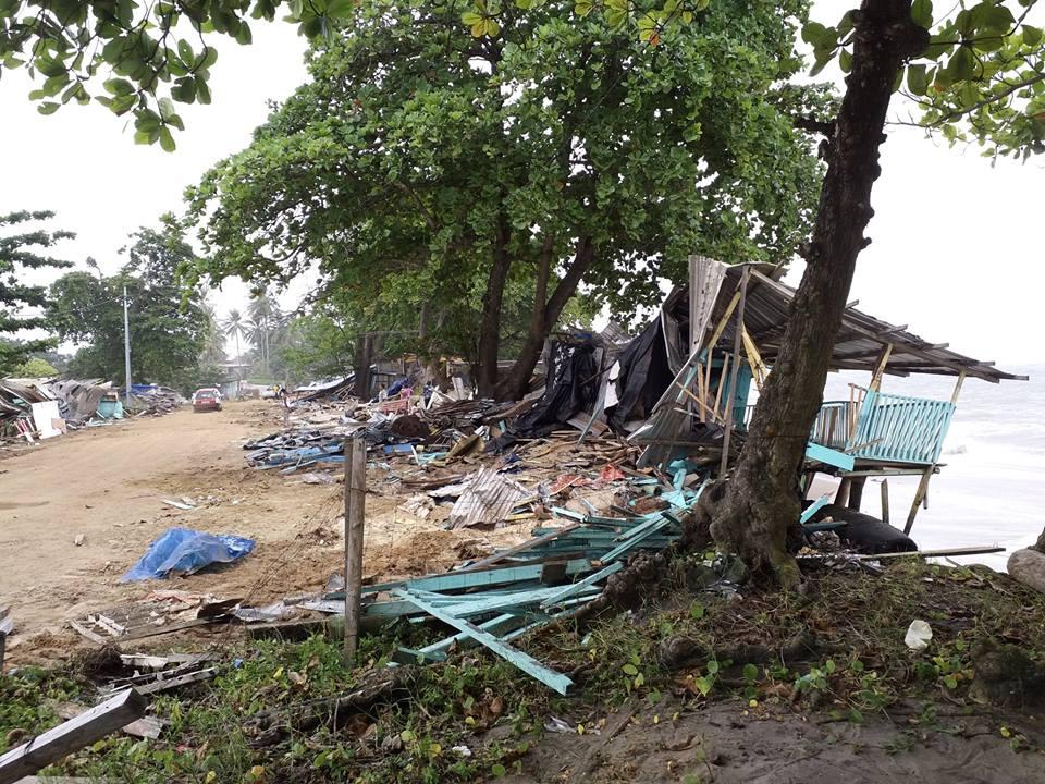 Les bulldozers de l'armée détruisent les petits commerces de la plage de la Sablière