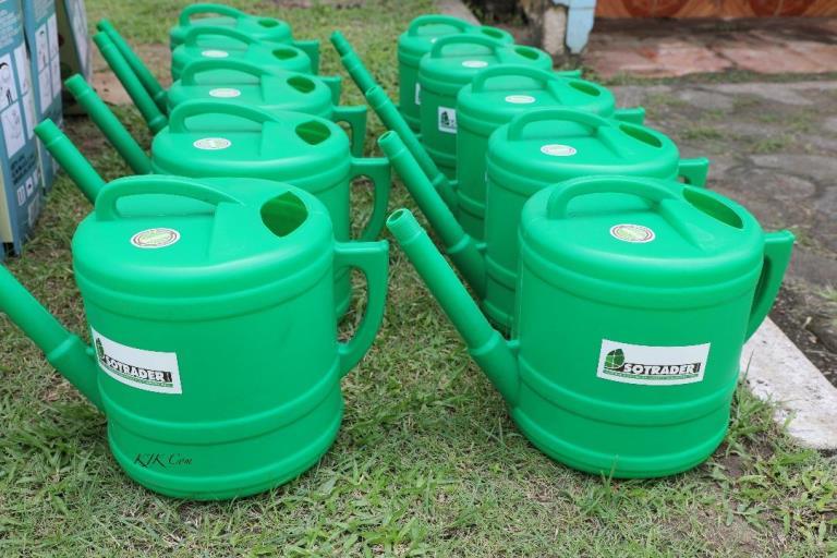 Dieudonné Minlama Mintogo offre du matériel agricole aux chrétiens de l'EEG pour lutter contre la pauvreté