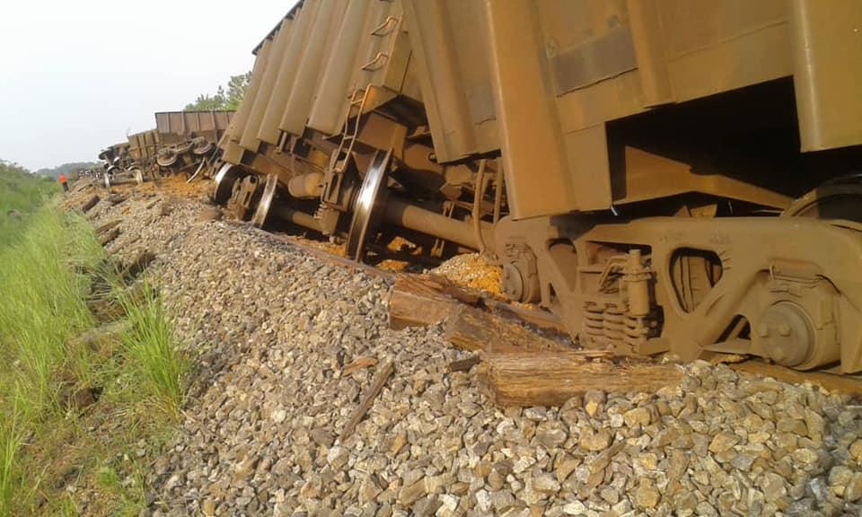 Un train COMILOG lourdement chargé déraille, 13 wagons au sol