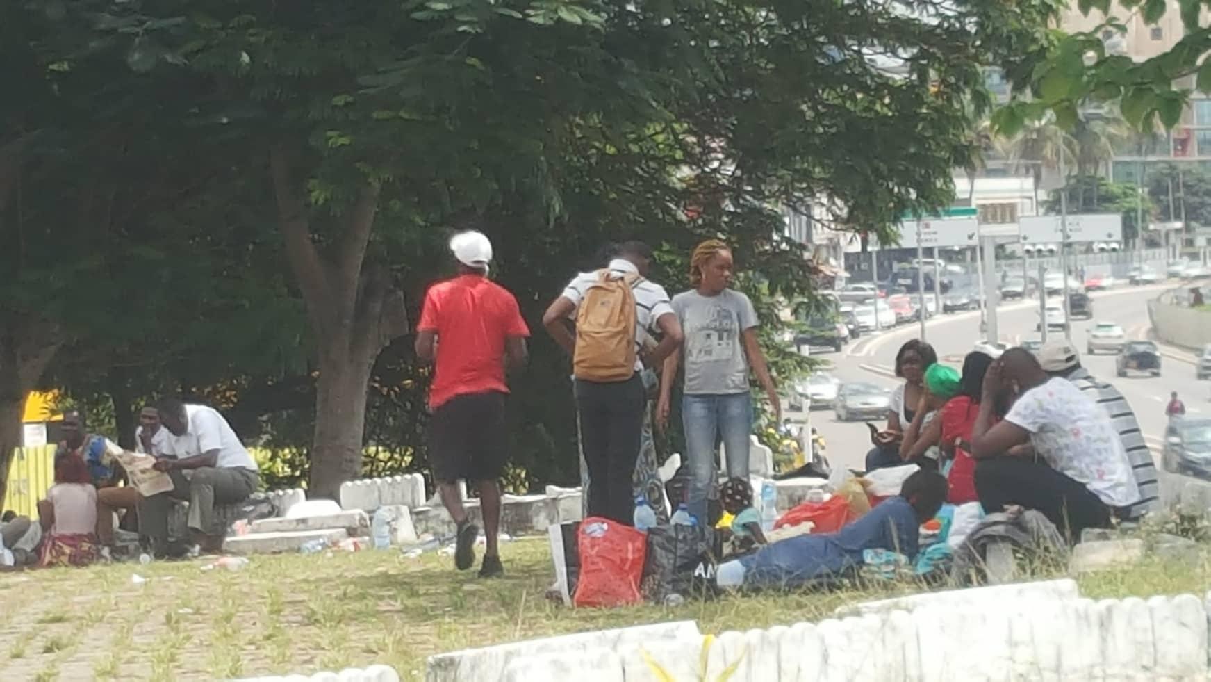 Des enseignants en grève devant la cathédrale Sainte Marie de Libreville