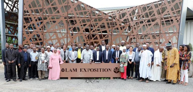 Des religieux sur les installations d'Olam