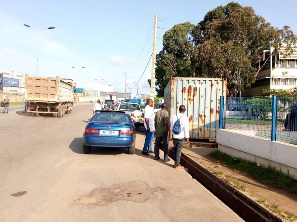 Fâchés les ouvriers de Bolloré bloquent les bureaux du groupe avec un conteneur 40 pieds