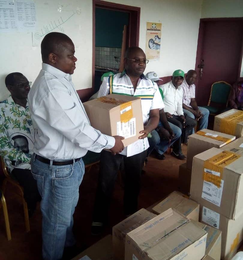 Le sénateur Elie Ngoungourou fait un don des médicaments au Centre médical de Malinga