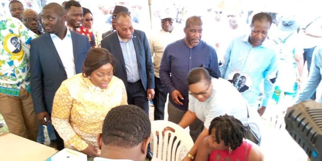 Dépistage du SIDA : plusieurs ministres font leur test en public devant des villageois