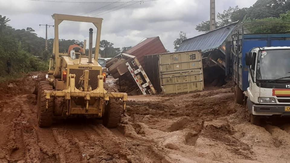 Les bourbiers de la route nationale N°1 seront « bossés » par la Société Autoroutière du Gabon et Colas