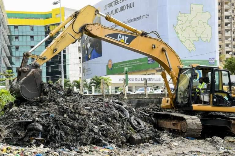 Les militaires collectent 8 tonnes  de déchets dans un canal à Libreville