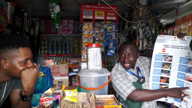 Les vendeurs et consommateurs de Libreville sensibilisés sur la manipulation et la conservation du pain par l'équipe SEQUA