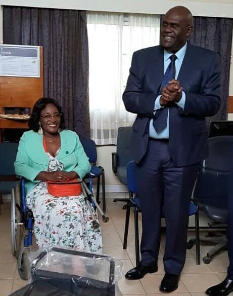 La SEEG offre un fauteuil roulant électrique  à une dame à  mobilité réduite lors de la Saint-Valentin