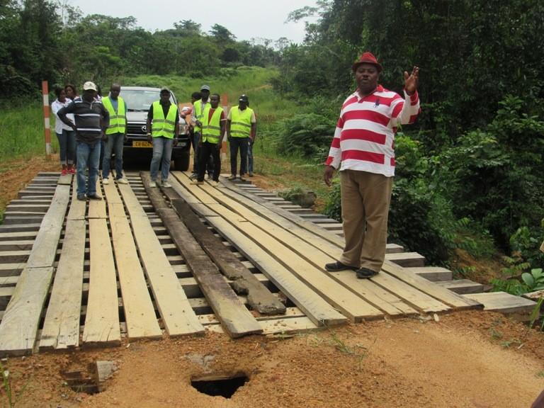 L'attribut alt de cette image est vide, son nom de fichier est Moukounzi-visitant-les-ponts-quil-a-fait-construire-1.jpg.